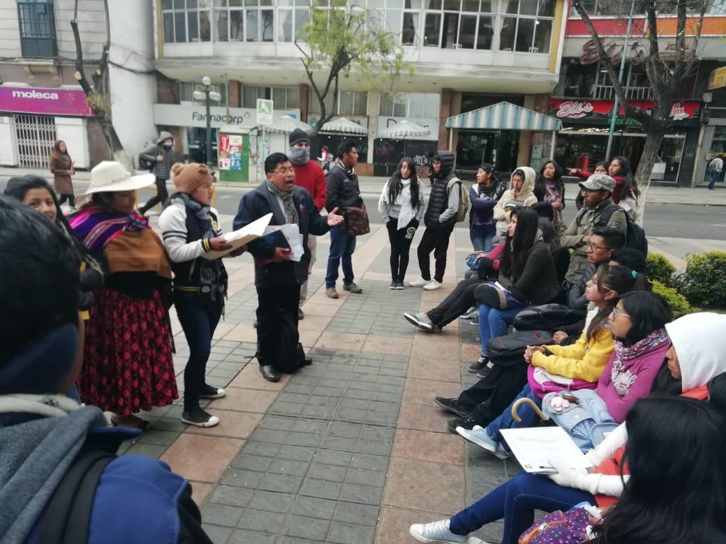 Alumnos de Comunicación Social de la UPEA pasan clases en las calles