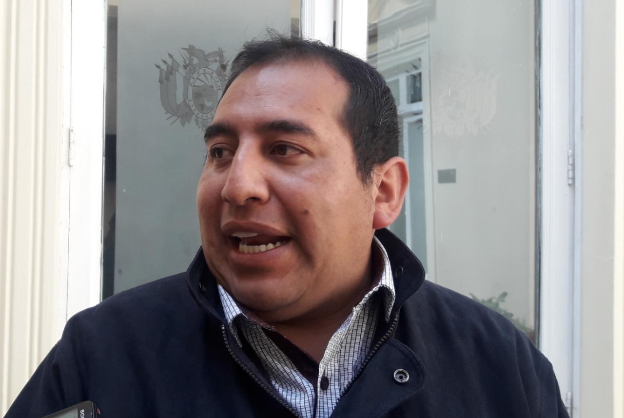 Diputado de UD denuncia sobre precio de Bs 34 mil en compra de banderas nacionales en Santa Cruz