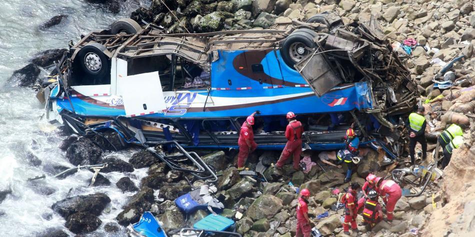 Bus que cae a un abismo deja 23 muertos y 15 heridos en el Perú