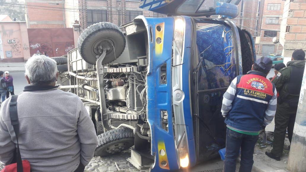 Bus que volcó en Villa El Carmen dejó 9 heridos