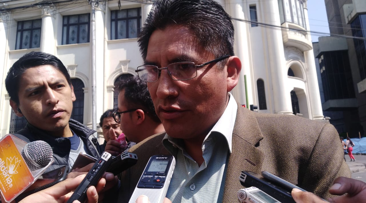 Gobernador Patzi afirma que el seguro universal no funcionará y sugiere que sea por sectores