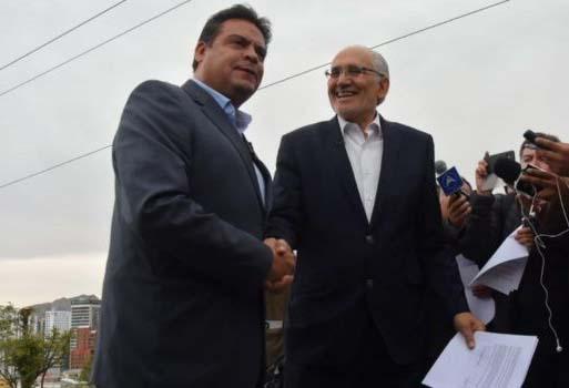 Carlos Mesa y Luis Revilla firman una alianza con el fin de reestablecer la democracia en el país