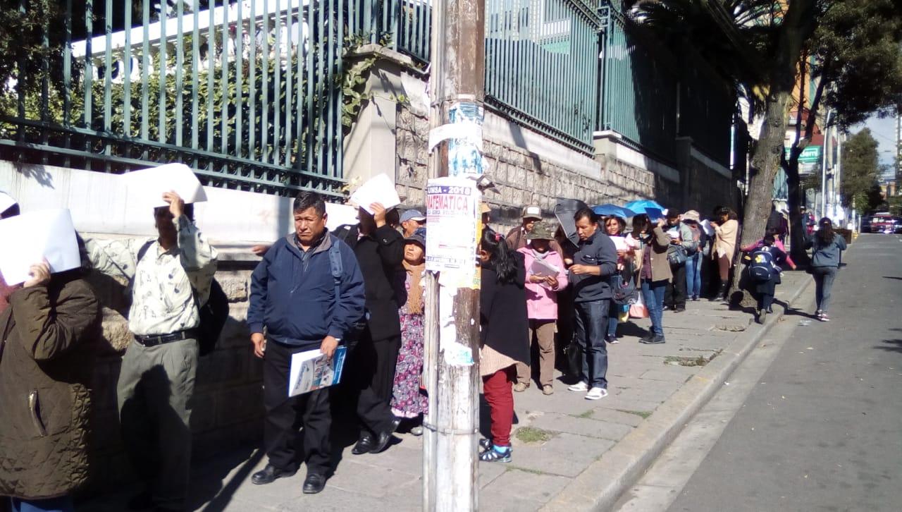 Largas filas en las puertas del TSE para la anulación como militantes de algún partido político de manera fraudulenta a favor del MTS