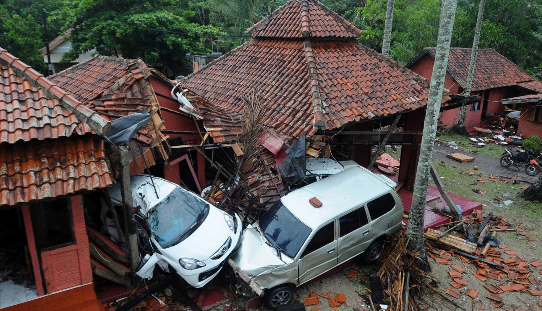 Tsunami en Indonesia deja al menos 222 muertos y 843 heridos
