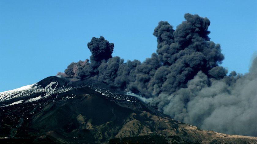 Volcán europeo «Etna» entra en erupción y causa más de 130 sismos