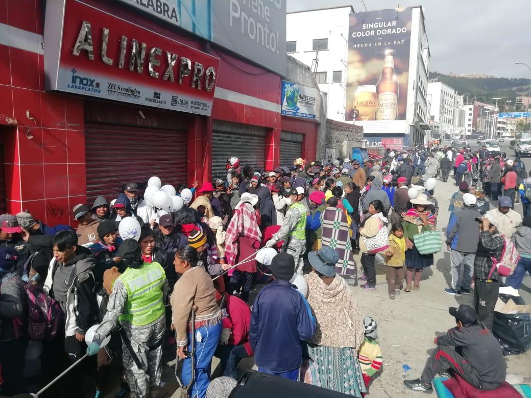 """Se registran largas filas en la campaña """"El Buen Samaritano"""" para recibir alimentos, atención médica y ropa"""