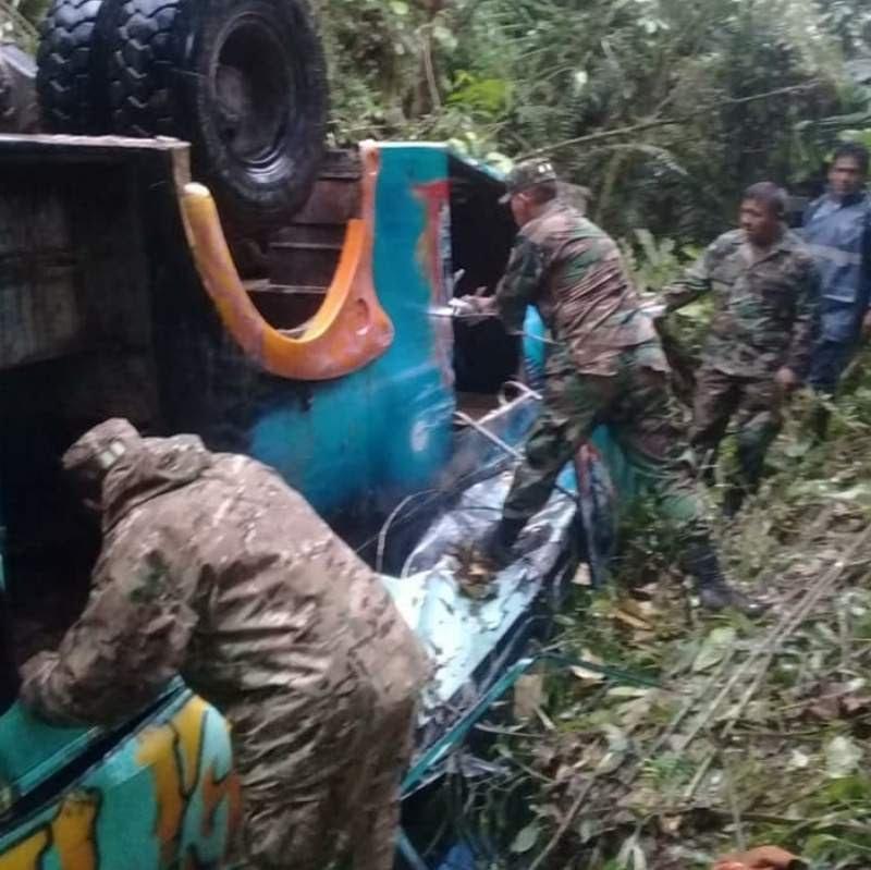 Bus se embarranca en carretera a Apolo y deja 6 muertos y 18 heridos