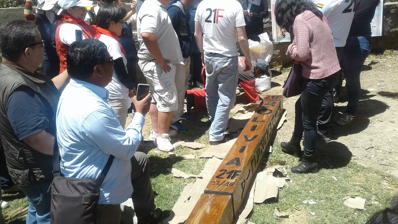 "Plataformas del 21f plantan ""MOJON"" en instalaciones de la plaza Abaroa frente al TSE como símbolo de respeto a la democracia."