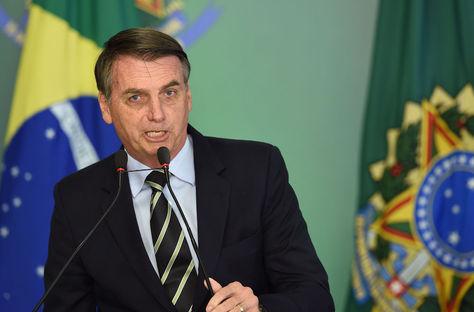 Bolsonaro firma decreto que flexibiliza posesión de armas en Brasil