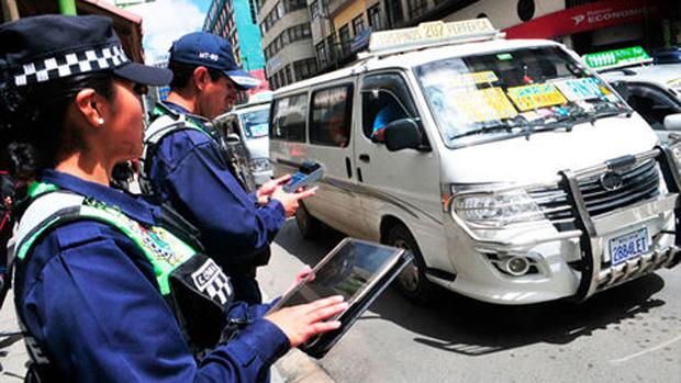 """Chóferes denuncian que más de 400 conductores fueron multados """"ilegalmente"""" por la alcaldía paceña"""