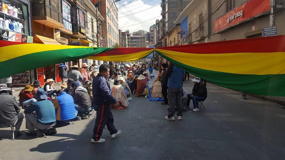 Comerciantes de la zona Max Paredes bloquean por problemas de límites en los puestos