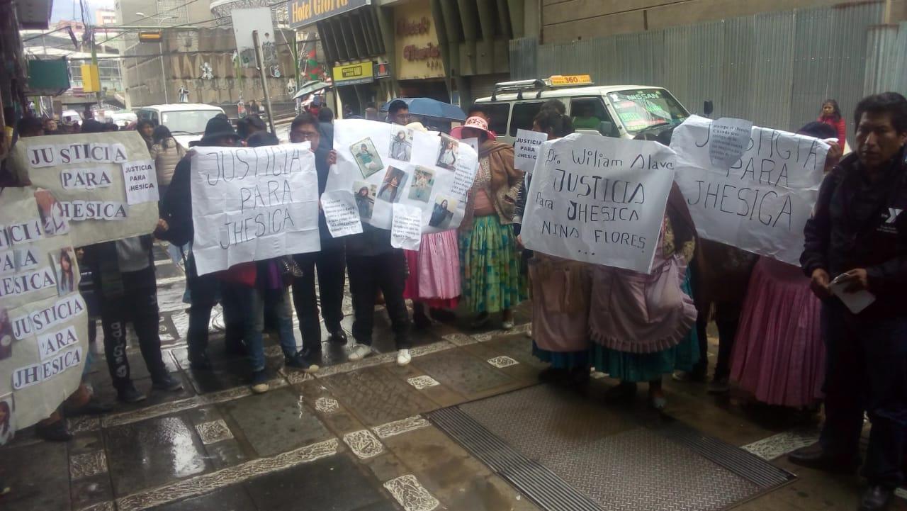 Familiares de Jhesica Nina la joven apuñalada por su ex pareja exige a la Fiscalía Departamental que lo trasladen al penal de Chonchocoro