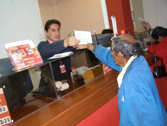 Jubilados del Sistema Integral de Pensiones califican de insulto el anuncio del Gobierno de incrementar Bs 50 más a la renta dignidad