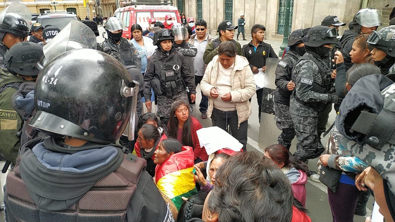 Policía reprime a los desempleados de Huanuni tras el ingreso de los mismos a la plaza Murillo