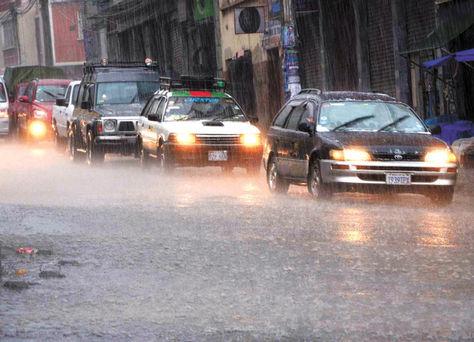 La lluvia intensa este fin de semana en La Paz afecta a tres inmuebles y dos edificios en la zona de Miraflores