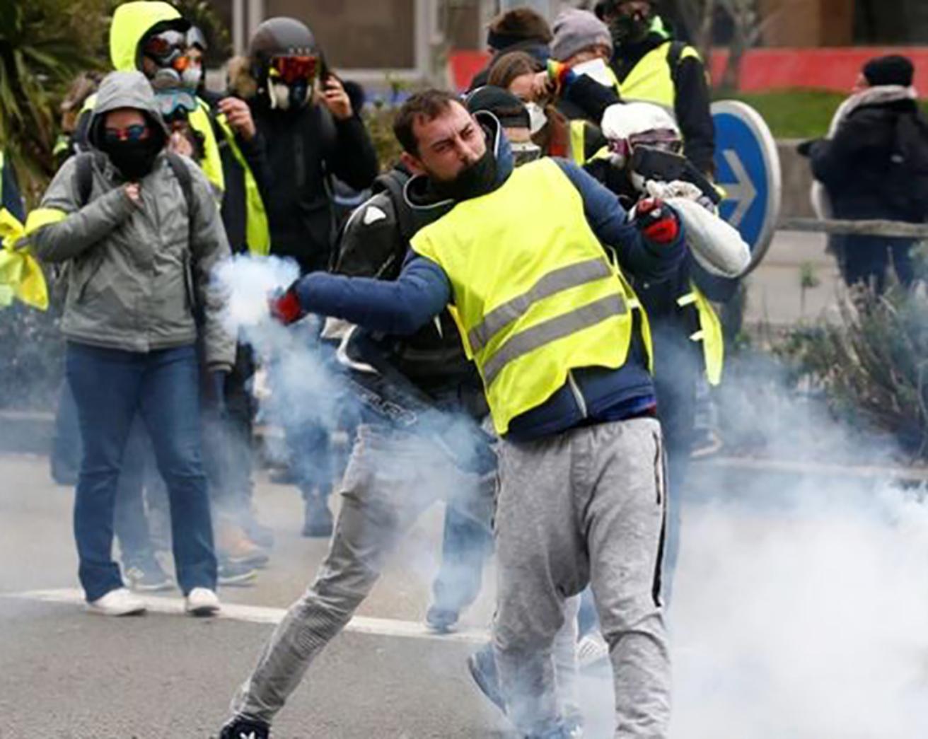 """Por octavo sábado consecutivo los """"chalecos amarillos"""" salieron a las calles de Francia donde hubo enfrentamientos con la policía"""