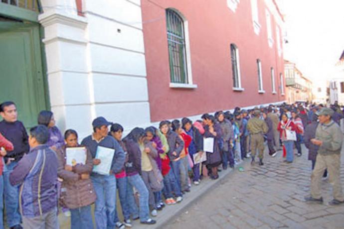 Se registran filas de padres de familia en las Unidades Educativas en el primer día de inscripciones