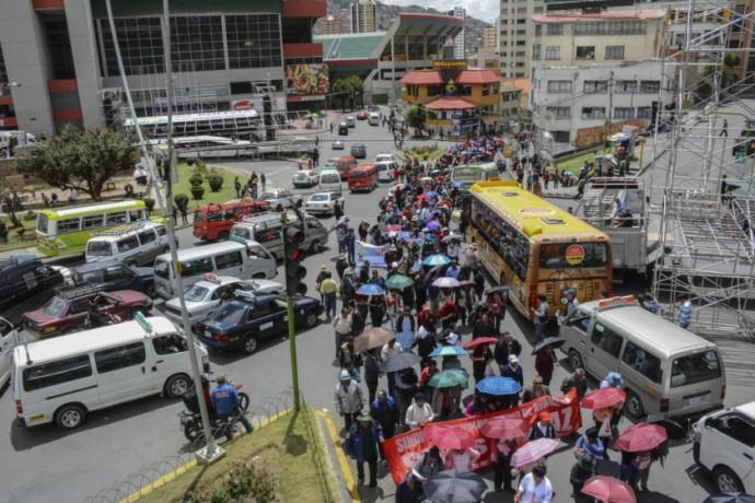 Transporte público amenaza con bloquear las calles de La Paz en protesta del mal estado de carreteras