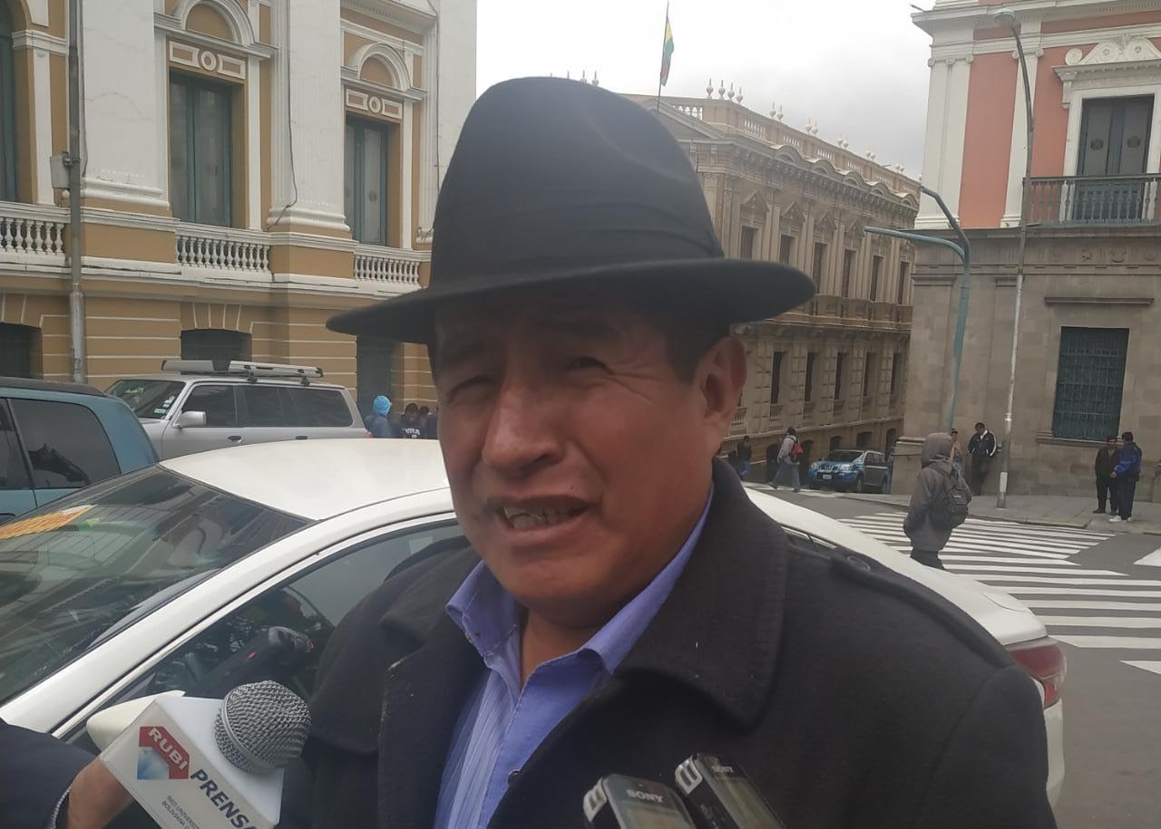 Diputado opositor afirma tener pruebas en contra de dirigentes de chóferes sobre desviación de recursos hacia una empresa de transporte internacional