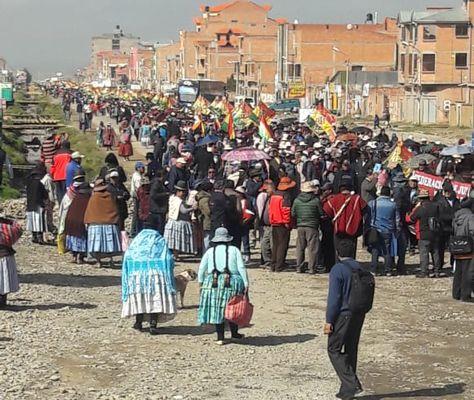 Vecinos de Viacha hacen manifestaciones para la conclusión de la vía El Alto-Viacha