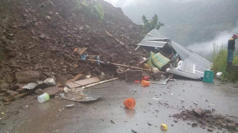 Deslizamiento en ruta La Paz Caranavi sepulta seis vehículos y deja  personas heridas