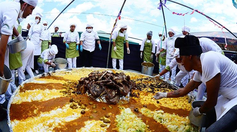 Chefs cochabambinos preparan por cuarto año consecutivo el puchero más grande del mundo