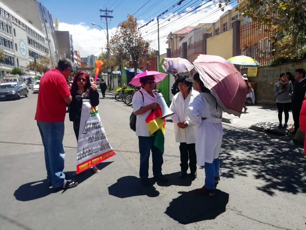 Médicos protestan por la falta de equipamiento a los hospitales en el día de inauguración del SUS