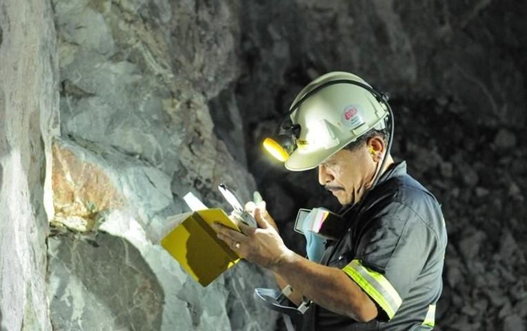 Mineros de San Cristóbal exigen pago de salarios dominicales y horas nocturnas