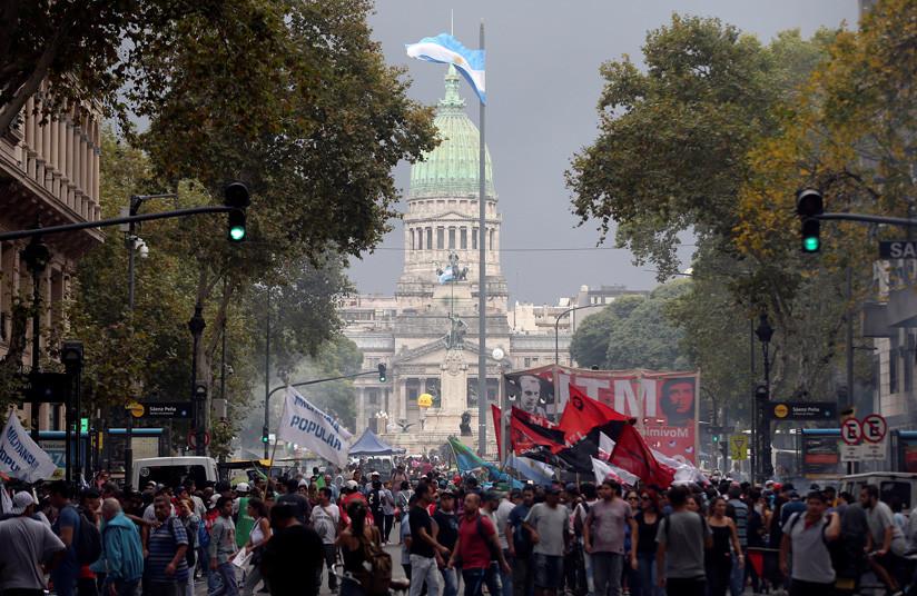 La Confederación General del Trabajo (CGT) de Argentina realizan paro nacional cintra las políticas del presidente Mauricio Macri