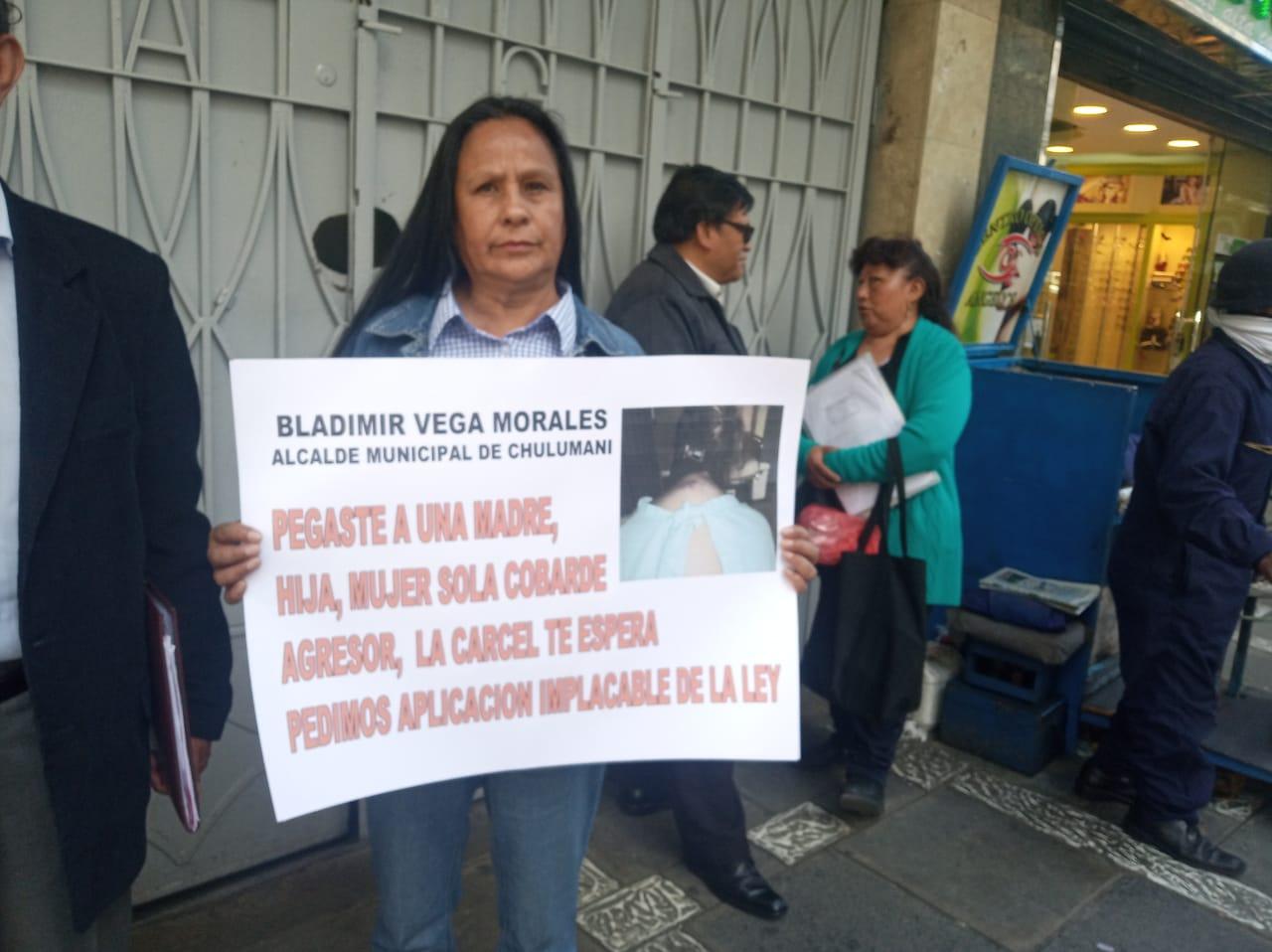 Alcalde de Chulumani y su esposa declaran ante la Fiscalía por presuntamente agredir a una comerciante