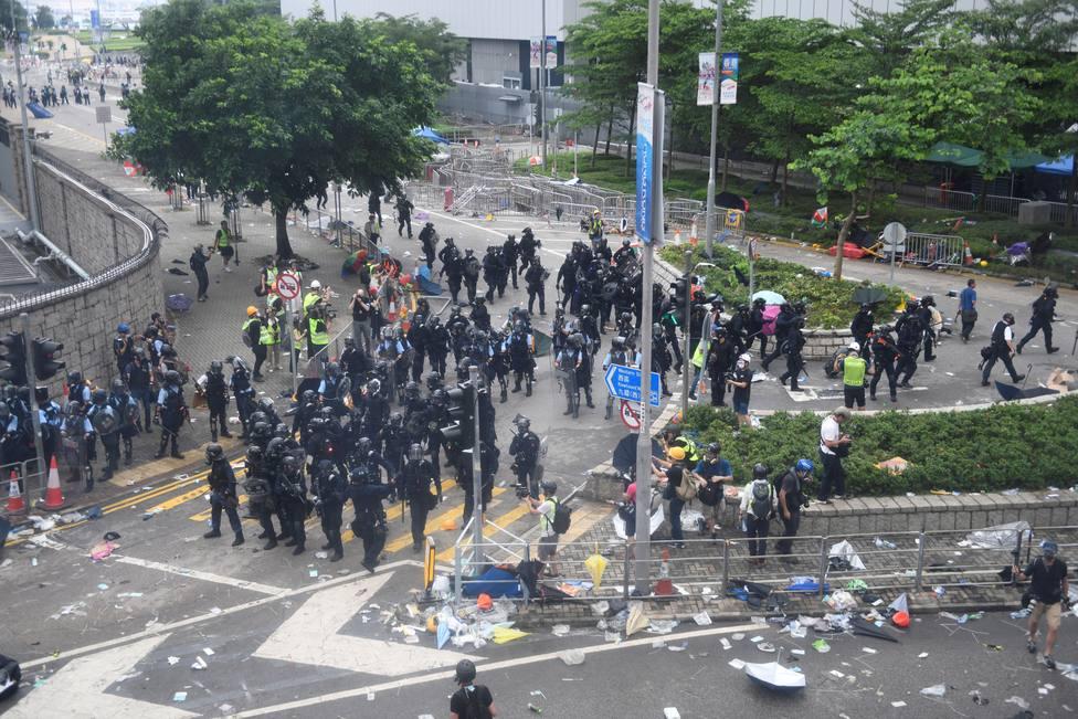 Miles de personas protestan ante el Parlamento de Hong Kong contra la ley de extradición
