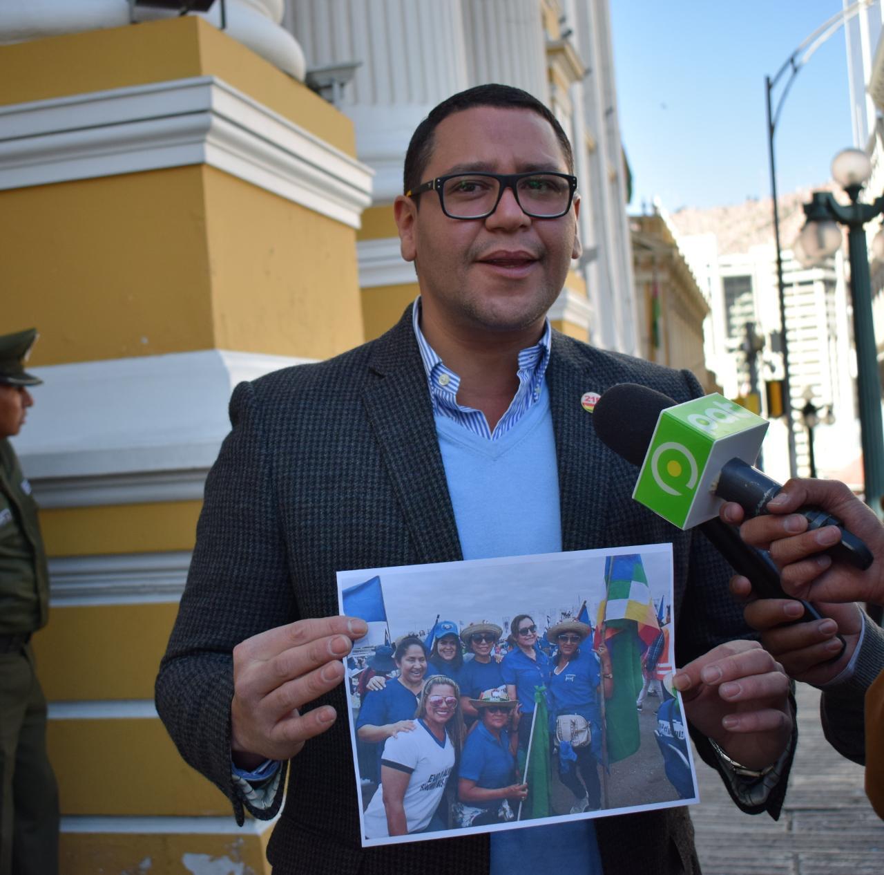 Diputado Monasterio muestra fotografías de Mayerling Castedo en una concentración del MAS