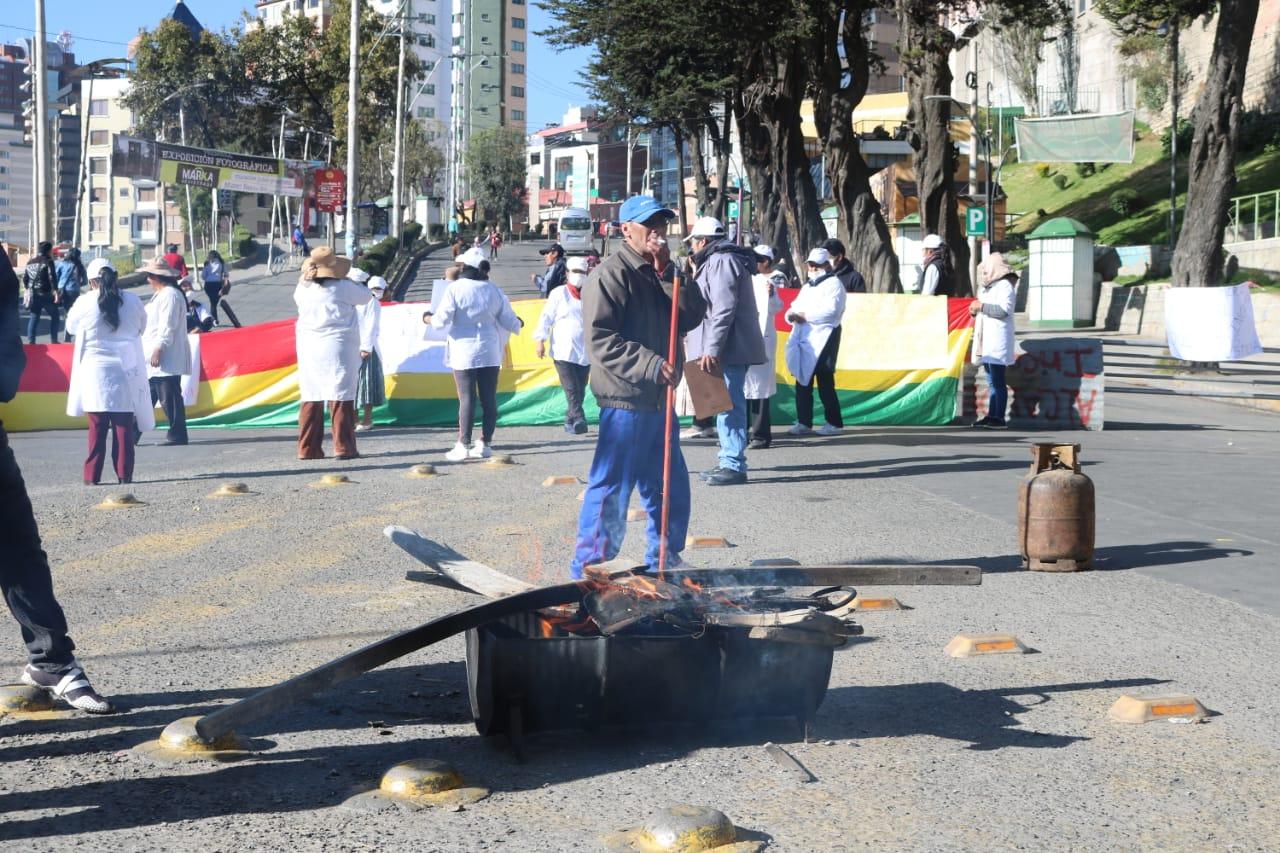 """Afiliados del mercado """"La Bolita"""" bloquean exigiendo una nueva construcción"""