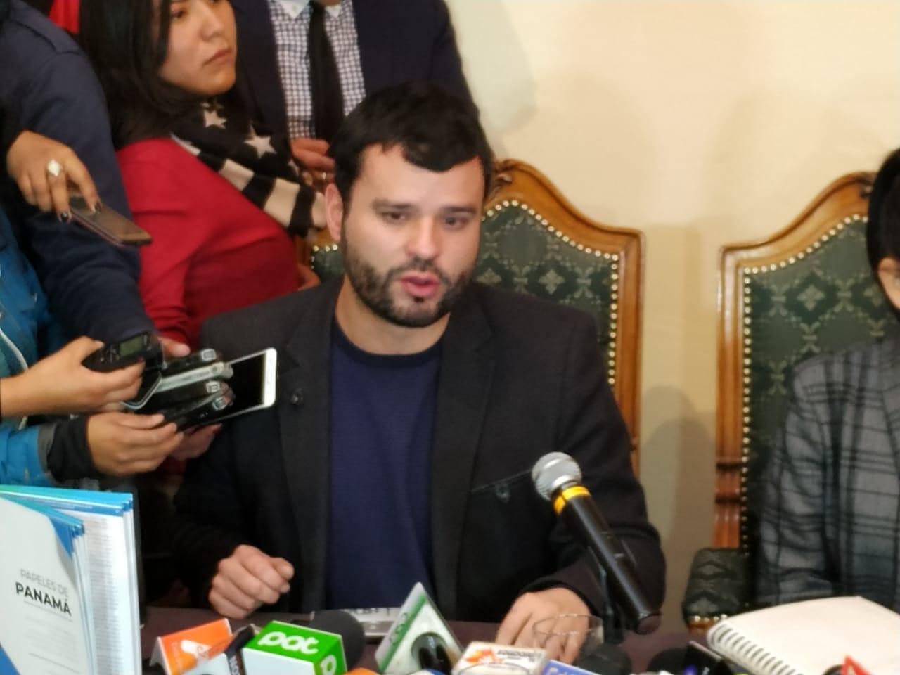 Ministro de Comunicación pide a Mesa que sea coherente con sus declaraciones sobre su solicitud para debatir con Morales
