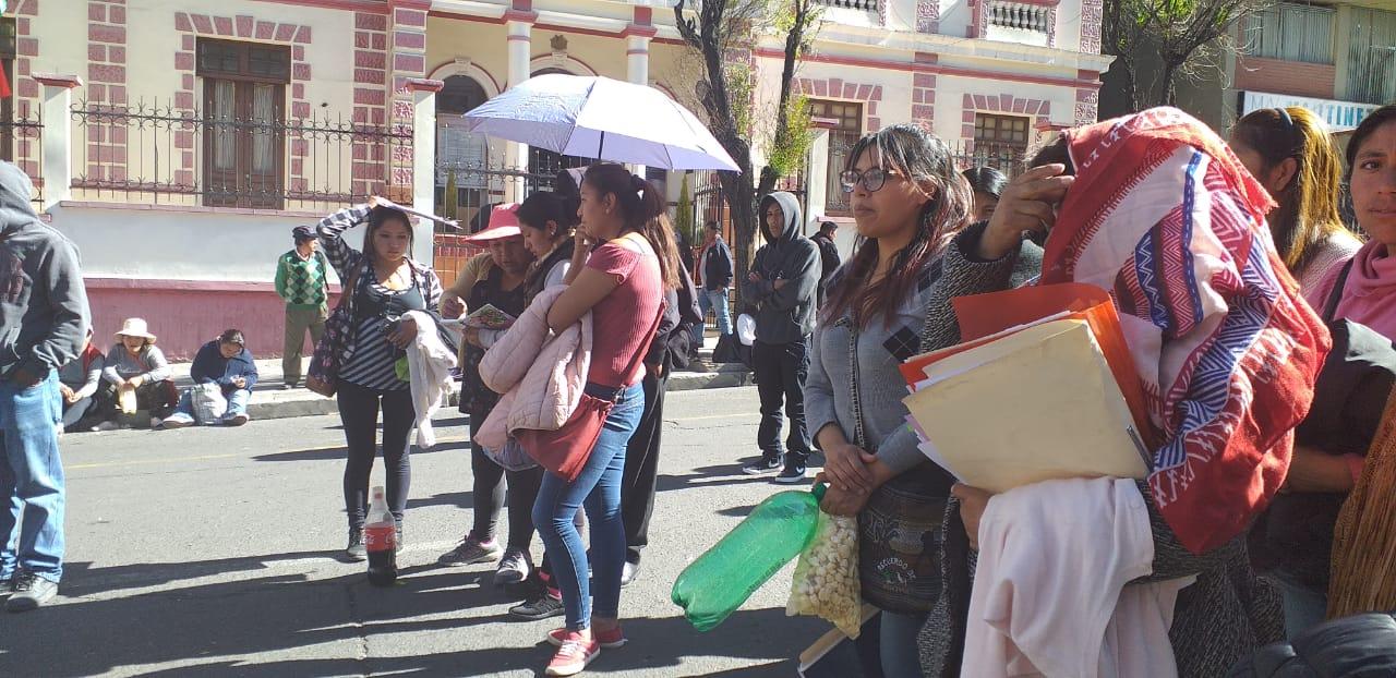 Padres de familia de la Unidad Educativa Juan Herschel bloquean la avenida Arce en demanda de un nuevo director para su colegio