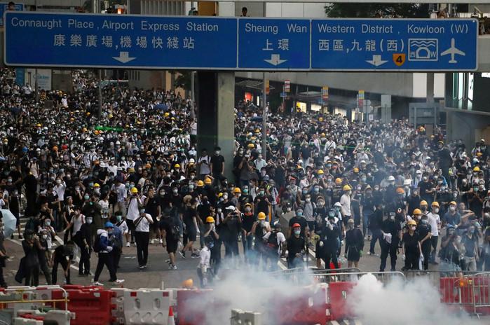 Hong Kong suspende todos los vuelos a causa de las protestas en su aeropuerto