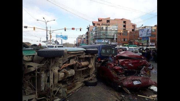 Múltiple colisión en la avenida Juan Pablo II de El Alto deja 20 heridos