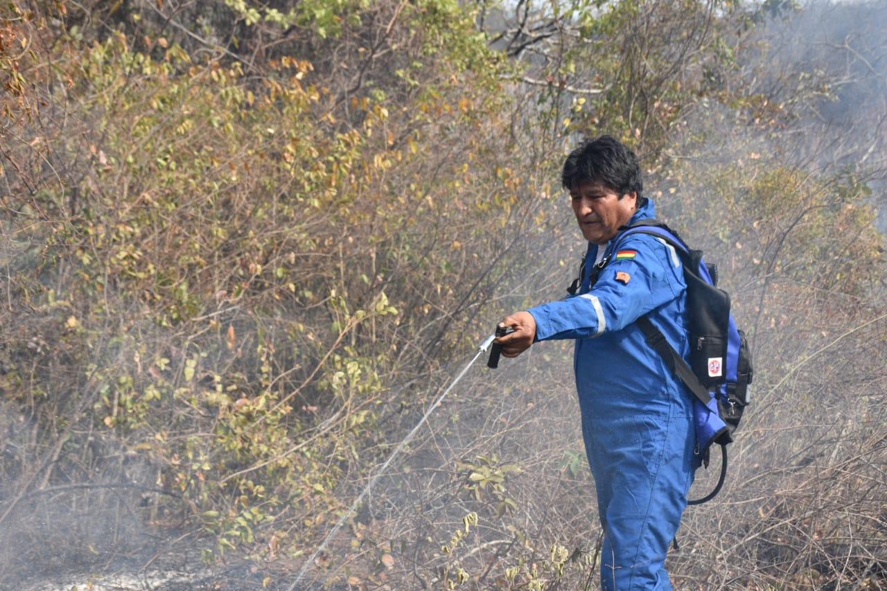 Morales ayuda personalmente en la mitigación de los incendios forestales en la Chiquitanía