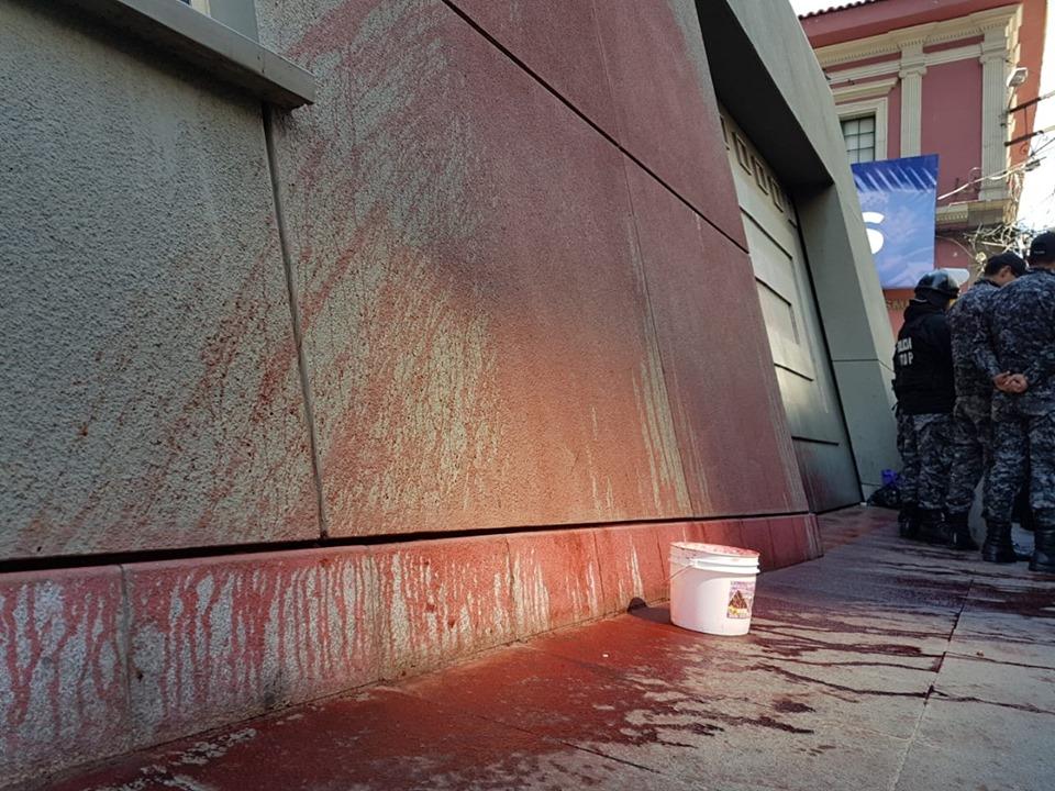 Mujeres Creando lanzan pintura a la Casa Grande del Pueblo por considerar que el MAS usa los feminicidios como medio electoral