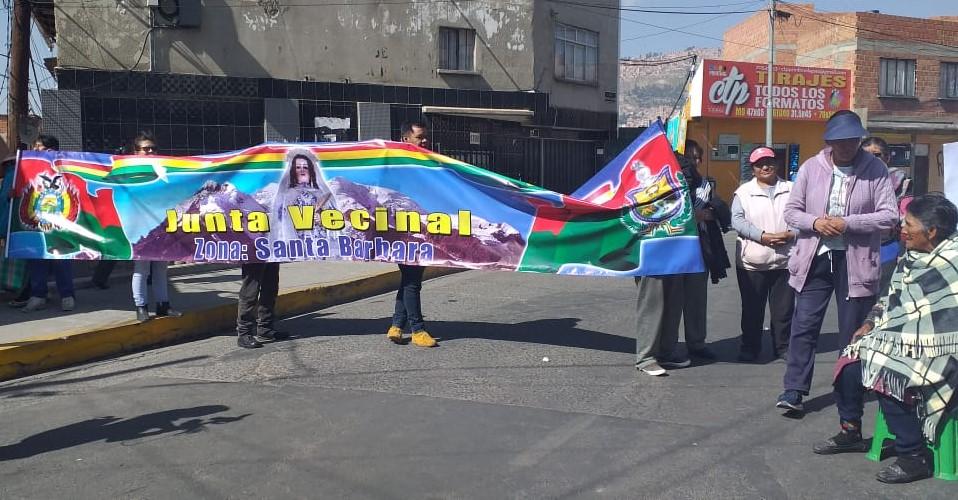 Vecinos de Santa Barbara bloquean la avenida Illimani exigiendo al subalcalde informar dónde van los ingresos del Poa