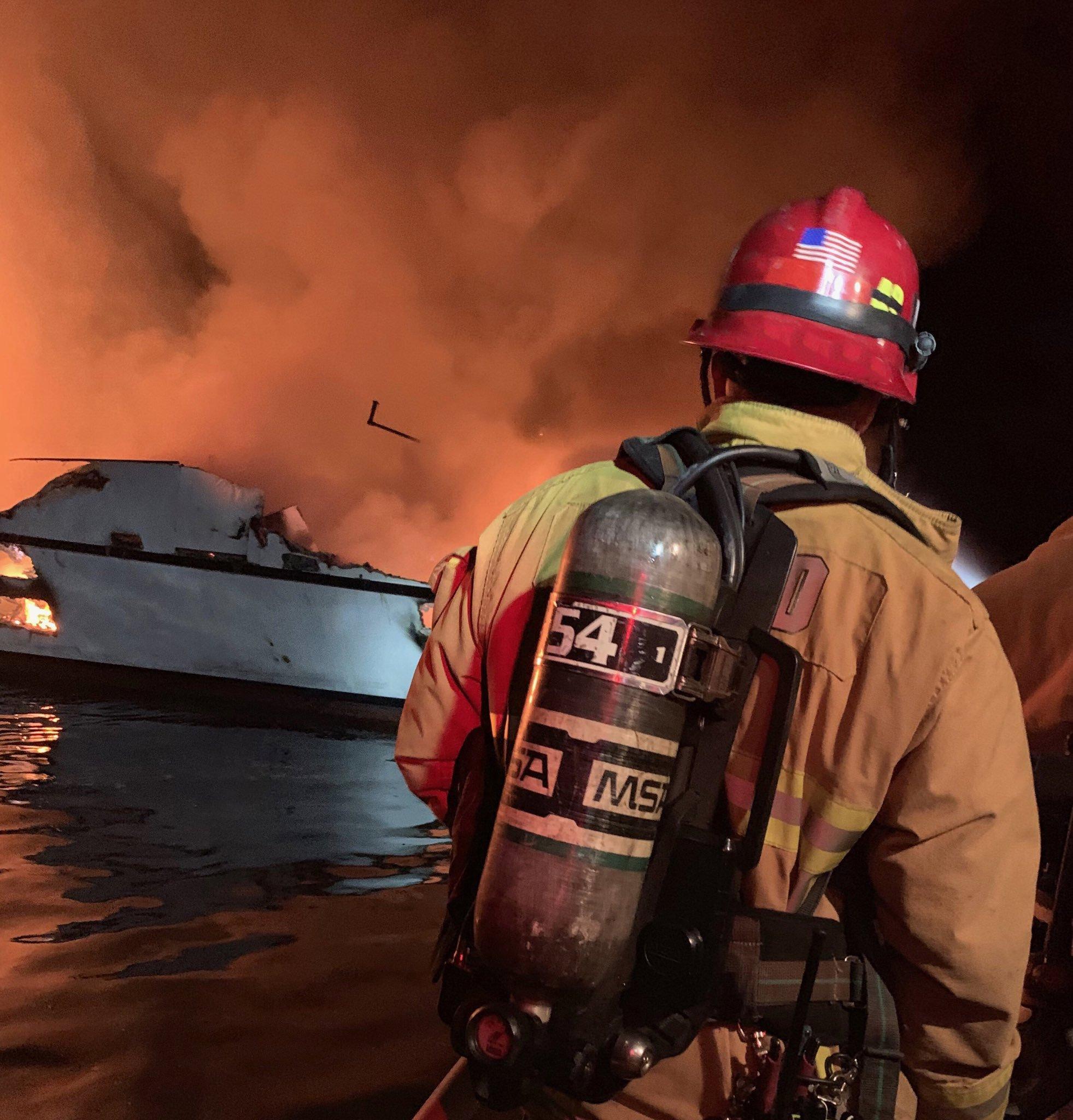 Barco con 38 personas a bordo se hunde consumido por el fuego en California