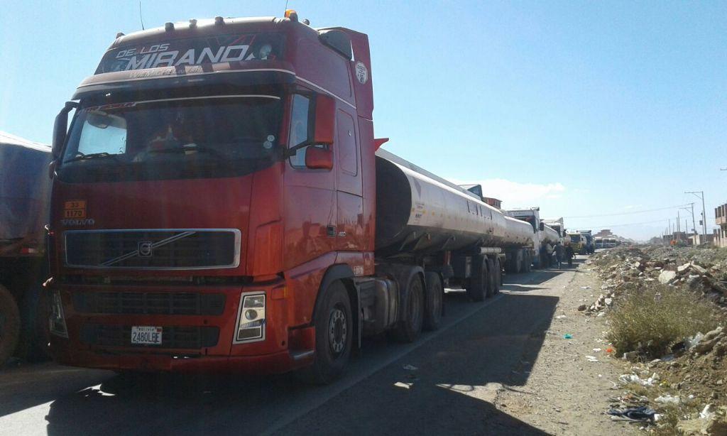 Transportistas denuncian que más de 600 camiones bolivianos son perjudicados por conflictos fronterizos en Desaguadero