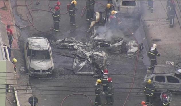 Avioneta cae sobre vehículos estacionados y deja 3 muertos en Brasil
