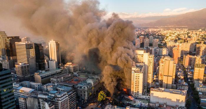 Protestas en Chile ocasionan un incendio en el centro de Santiago