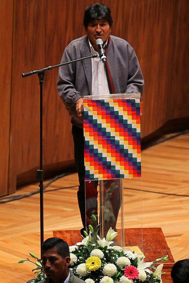 Residentes bolivianos abuchean a Morales cuando daba un discurso en México