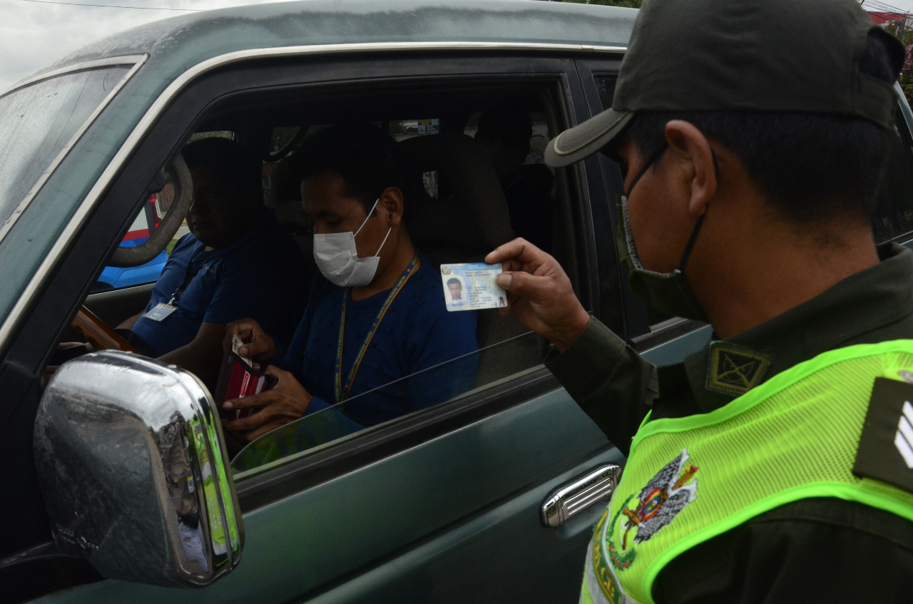 Arrestan a dos funcionarios por vender permisos de circulación