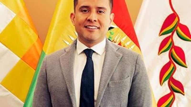 Gustavo Serrano renuncia como viceministro de Autonomías