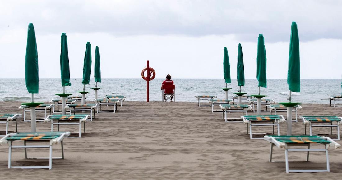 Italia reabre sus playas con estricto control de vigilantes y apps para smartphones