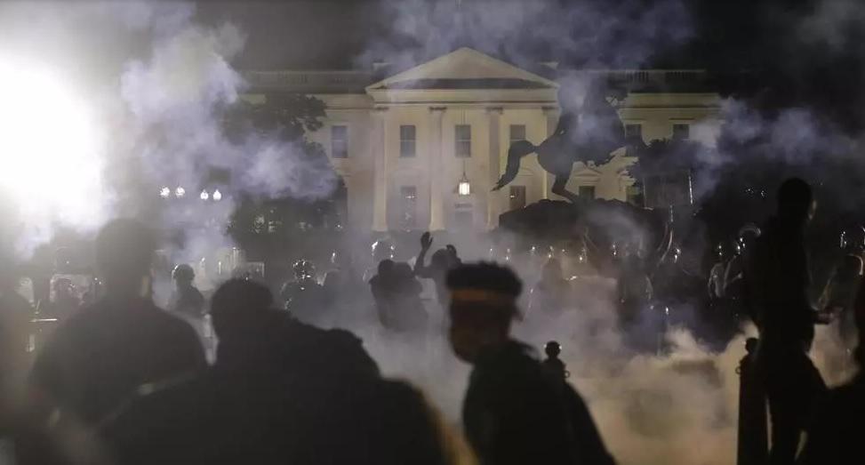 Reportan más de 4.000 arrestados tras las protestas en la Casa Blanca por el asesinato de un hombre afroamericano