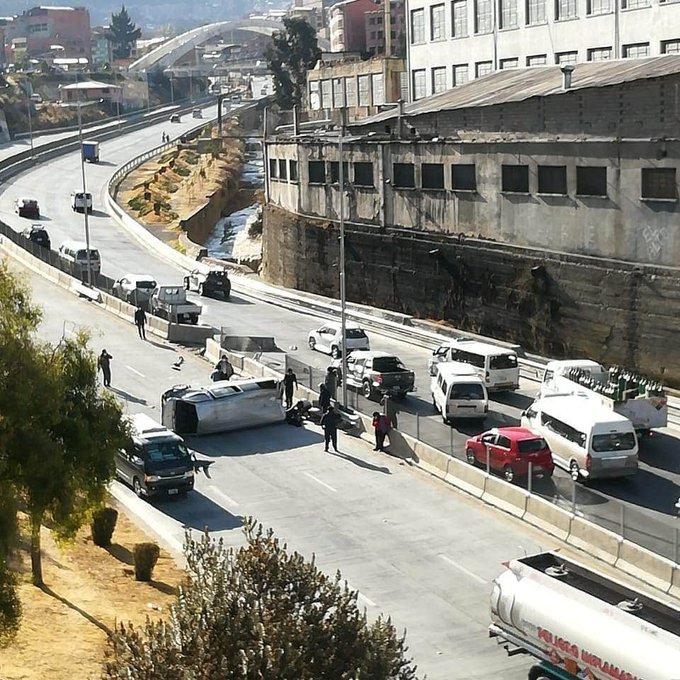 Tránsito registra 2 fallecidos y 3 heridos por accidente automovilístico en la autopista La Paz – El Alto